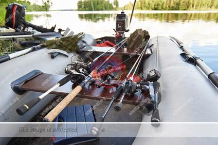 Ein Schlauchboot zum Angeln mit verschiedenen Angelruten