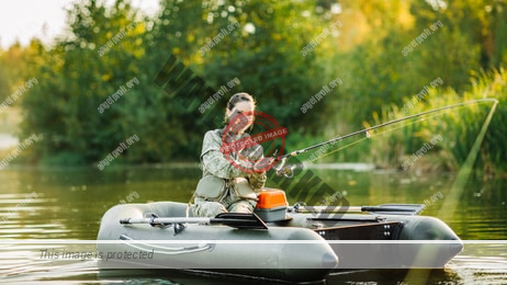 Eine Anglerin in einem Angelboot
