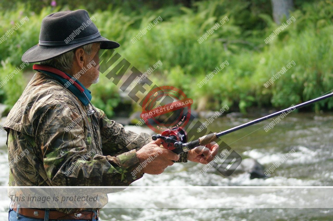 Angler mit Multirolle
